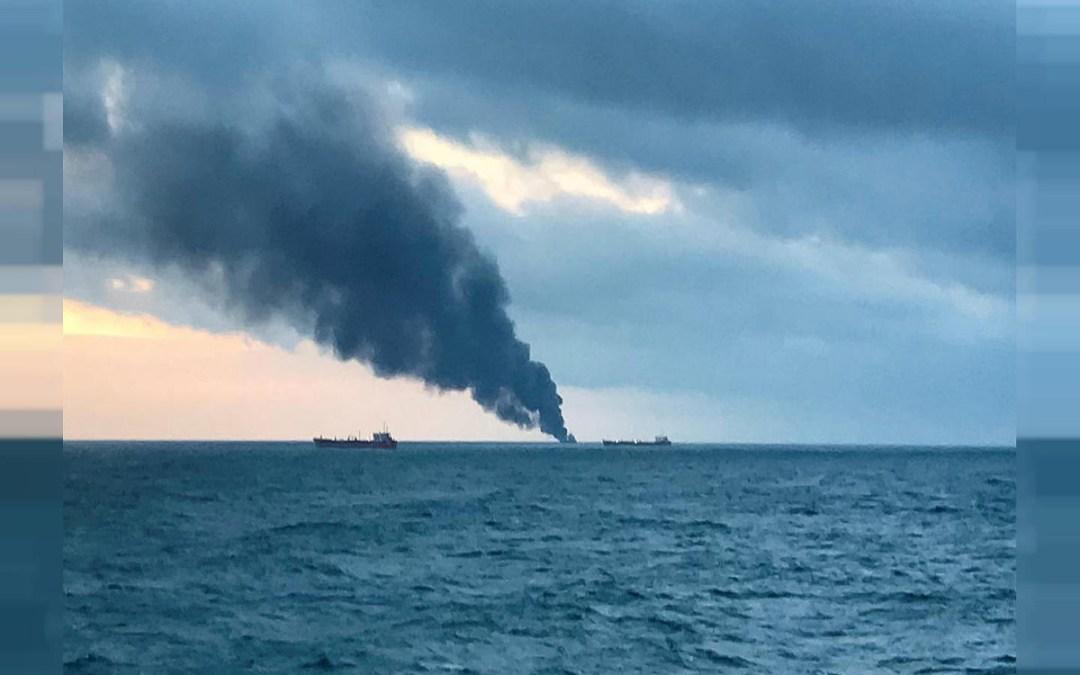 مقتل 10 أشخاص في احتراق سفينتين قرب مضيق كيرتش في القرم