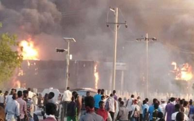 رصاص وغاز لتفريق اعتصام الخرطوم.. والجيش يحمي المتظاهرين