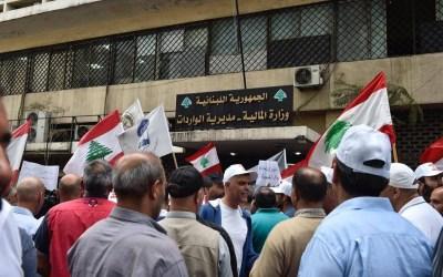 العسكريون المتقاعدون نصبوا الخيم أمام مبنى الواردات