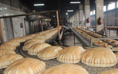 وقف توزيع الخبز مستمر حتى إشعار آخر
