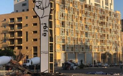 """إعادة مجسّم """"قبضة الثورة"""" إلى وسط بيروت"""