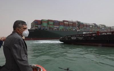 مصر.. صور تكشف محاولة تعويم السفينة المتعثرة في قناة السويس