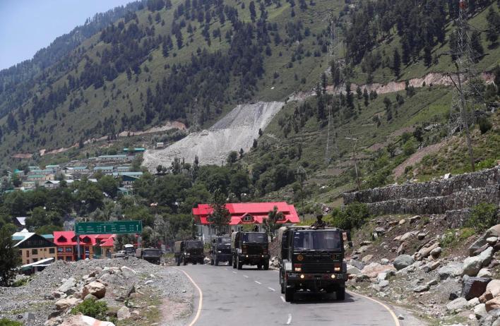 شاحنات للجيش الهندي تتحرك على طريق يؤدي إلى لاداخ المتنازع عليها خلال فترة التوتر بينهما/رويترز