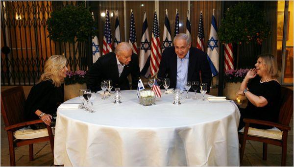 الرئيس الأمريكي جو بايدن عندما كان نائباً  للرئيس مع رئيس الوزراء الإسرائيلي بنيامين نتنياهو/رويترز