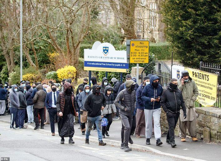 محتجون أمام المدرسة/ رويترز