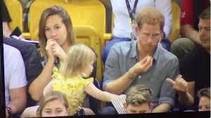 Photo of شاهد.. ماذا تسرق هذه الطفلة من الأمير هاري؟
