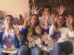 Photo of بالفيديو.. عائلة من 14 فرداً كلهم بستة أصابع!
