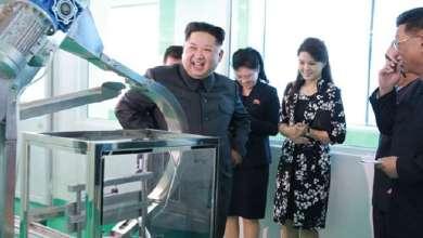 """Photo of كيم وزوجته يتفقدان """"أسلحة"""" من نوع آخر"""