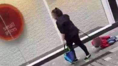 Photo of مشهد صادم لامرأة تجر طفلا يهز بريطانيا