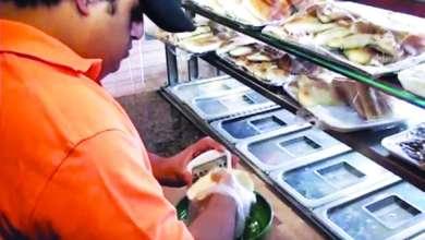 Photo of مُصاب بمتلازمة داون يجتذب الناس إلى مطعمه في عمّان