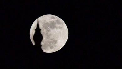 """Photo of بالصور.. """"القمر العملاق"""" يضيء السماء عبر العالم"""