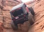 Photo of بالفيديو: سيارة جيب تتحدى الجاذبية وتسير رأسياً على قمة جبل