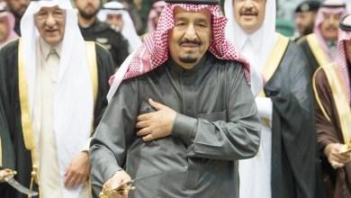 """Photo of الملك سلمان يؤدي """"العرضة"""" مع أبرز محتجزي """"الريتز"""""""