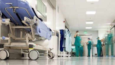 """Photo of """"عملية جراحية"""" توقف فريقًا طبيًا ومدير مستشفى"""