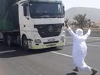 Photo of بعد الفيديو الصادم.. القبض على شاب سعودي قفز أمام شاحنة