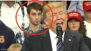 "Photo of ""الشاب الواقف"" وراء ترامب يخطف الأضواء.. وعقاب صاعق"