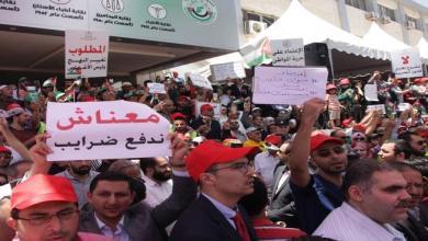 Photo of الأردن: طرد وزراء يروّجون لقانون الضريبة… ودعوات إلى العصيان المدني