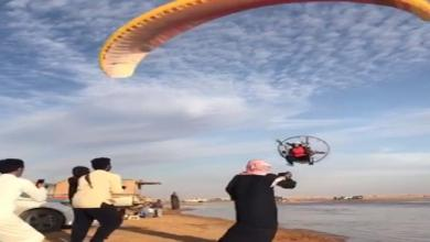 Photo of سقوط طائرة شراعية على زوار شاطئ في السعودية