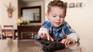 Photo of طفل في الثانية يقتل نفسه بمسدس