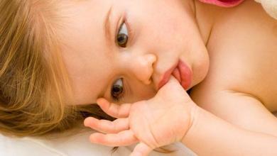 """Photo of متى يتوقف الطفل عن """"مص"""" الإبهام ؟"""