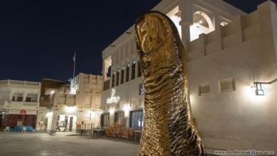 """Photo of متاحف قطر تحتفي بفوز """"العنابي"""" عبر منحوتة """"الإبهام"""" في سوق واقف"""