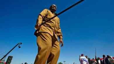 Photo of الشرطة السودانية تمحو اسم البشير.. وصورته