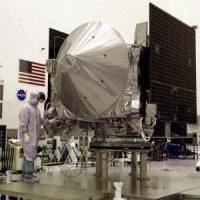 مركبة الفضاء أوزيريس-ريكس التي سترسلها إدارة الطيران والفضاء الأمريكية (ناسا) إلى الكويكب بينو لمعرفة أصل الحياة معروضة في مركز كنيدي للفضاء بولاية فلوريدا يوم 20 أغسطس آب 2016. تصوير مايك براون - رويترز.