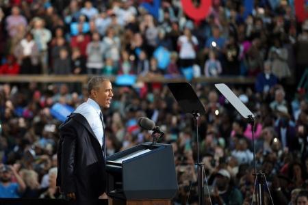 الرئيس الأميركي باراك أوباما يتحدث أمام تجمع انتخابي لصالح المرشحة الديمقراطية للانتخابات الرئاسية هيلاري كلينتون في غرينزبورو في ولاية نورث كارولاينا. تصوير: كارلوس باريا - رويترز.