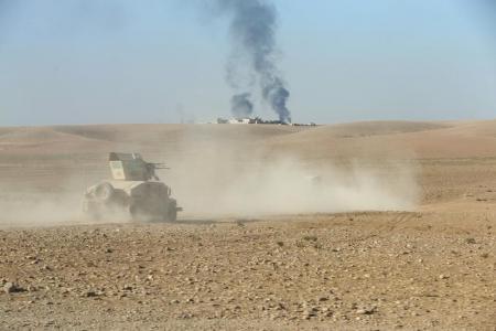 آلية عسكرية للجيش العراقي على طريق الى الجنوب الشرقي من الموصل يوم الخميس. تصوير رويترز