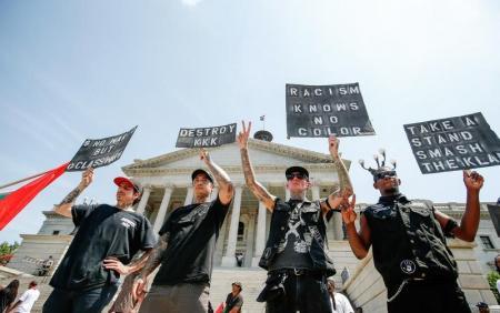 صورة من أرشيف رويترز لمحتجين مناهضين لجماعة كوكلوكس كلان في كولومبيا.