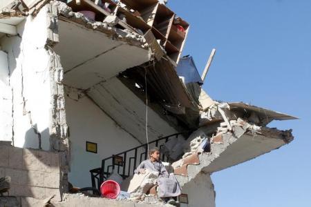صبي يجلس فوق حطام منزل دمر في ضربات جوية لقوات التحالف التي تقودها السعودية في ضواحي صنعاء يوم الأحد. تصوير: محمد السياغي - رويترز.