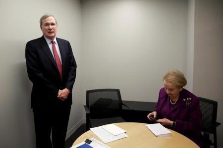 وزيرة الخارجية السابقة مادلين أولبرايت ومستشار الأمن القومي السابق ستيفن هادلي قبل مقابلة في واشنطن يوم الاثنين. تصوير: جوشوا روبرتس - رويترز.