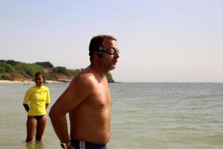 السباح البريطاني بن هوبر قبيل بدء رحلته للسباحة عبر المحيط الأطلسي من السنغال إلى البرازيل يوم الأحد - رويترز
