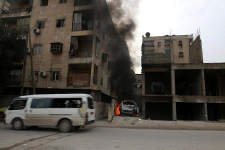 دخان يتصاعد من سيارة اثر ضربات على منطقة زبيدة في حلب بسوريا يوم 5 ديسمبر 2016. تصوير: عبد الرحمن اسماعيل - رويترز.