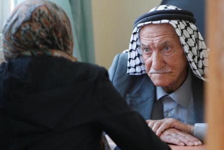 فلسطيني في العقد التاسع يخضع لامتحانات الثانوية العامة