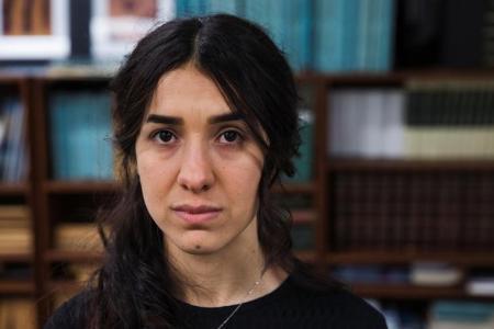 """إيزيدية أسرها """"داعش"""" تبكي لدى عودتها إلى قريتها"""