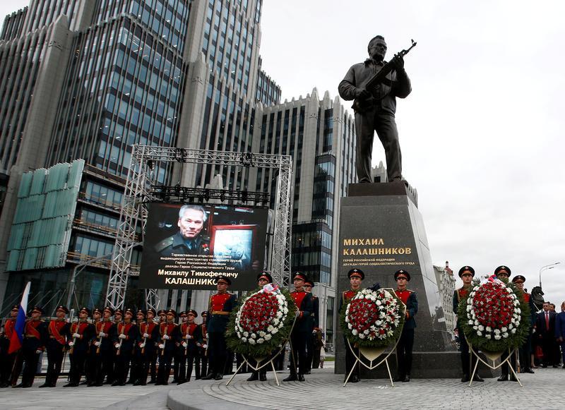 روسيا تكشف عن تمثال لمخترع الكلاشنيكوف