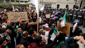 الجزائريون يملؤون شوارع العاصمة احتجاجاً على حكم بوتفليقة