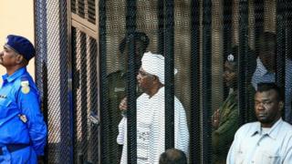 """عمر البشير كان معه """"مفتاح غرفة في القصر الرئاسي بها ملايين الدولارات"""""""