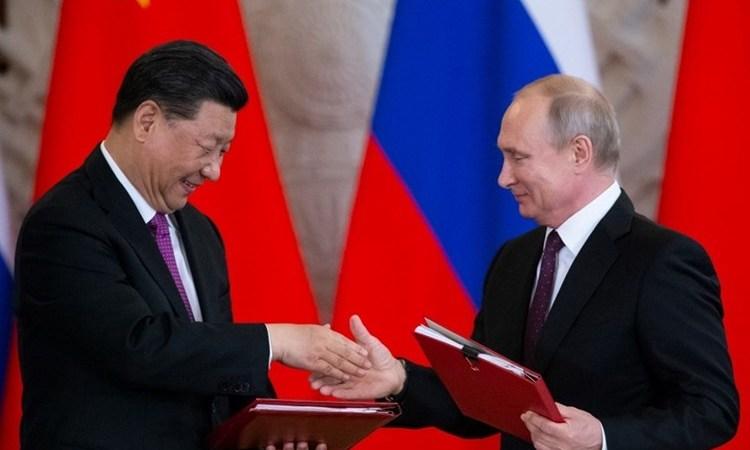 """""""ناشونال إنترست"""": كيف أدت العقوبات الأميركية القاسية إلى تعزيز النفوذ الصيني والروسي"""