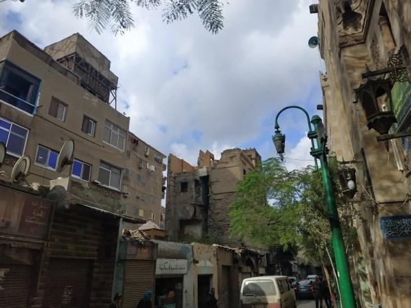 صورة تظهر حالة المنزل الملاصق للمسجد -في المنتصف- وخطورته على السكان والمارة