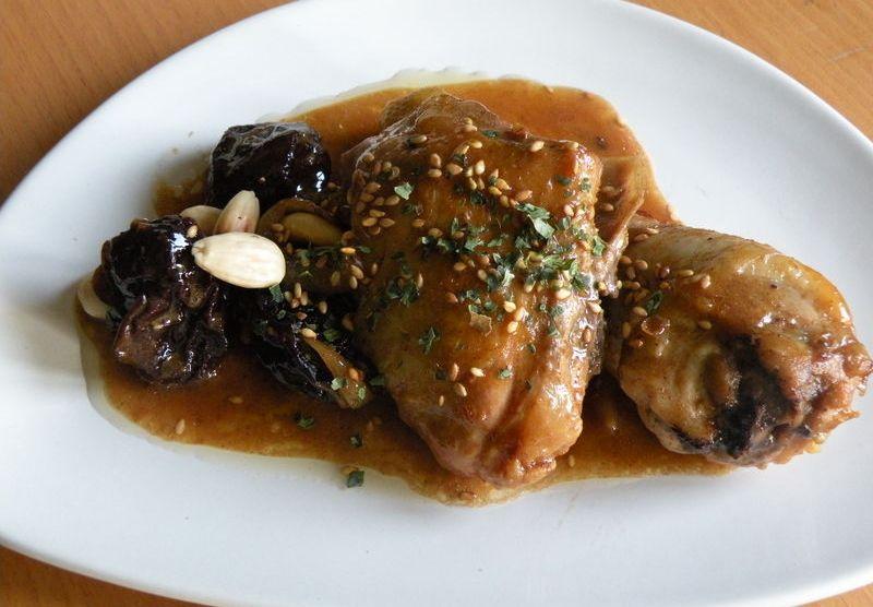 tajine di pollo con albicocche, prugne e mandorle