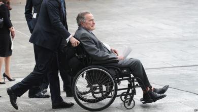 Photo of الرئيس الأميركي الأسبق جورج بوش الأب يغادر المستشفى