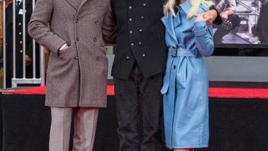 "Photo of "" ليدى جاجا "" .. و ""برادلى كوبر"" يدعمان ""سام إليوت "" خلال حفل تكريمه بهوليود"