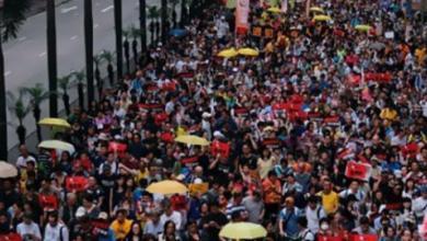 Photo of آلاف الأشخاص يحتشدون في هونج كونج قبل ذكرى تسليم البلاد إلى الصين