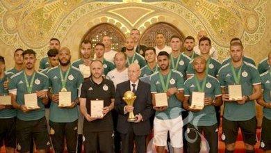 Photo of الرئيس الجزائري يمنح لاعبي منتخب بلاده أوسمة الاستحقاق الوطني