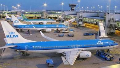 Photo of هولندا تلغي 180 رحلة جوية بسبب أزمة تزويد الطائرات بالوقود