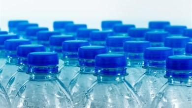 """Photo of """"الصحة العالمية"""" تحسم خطورة """"البلاستيك"""" في مياه الشرب"""