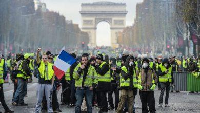 Photo of عودة احتجاجات السترات الصفراء في فرنسا واعتقال 120 شخصًا