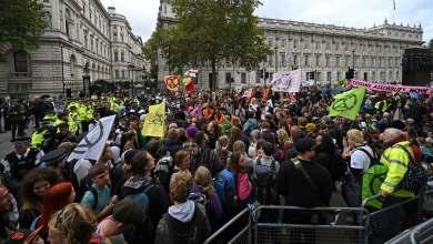 Photo of محتجون على تغير المناخ يغلقون مدخل هيئة الإذاعة البريطانية